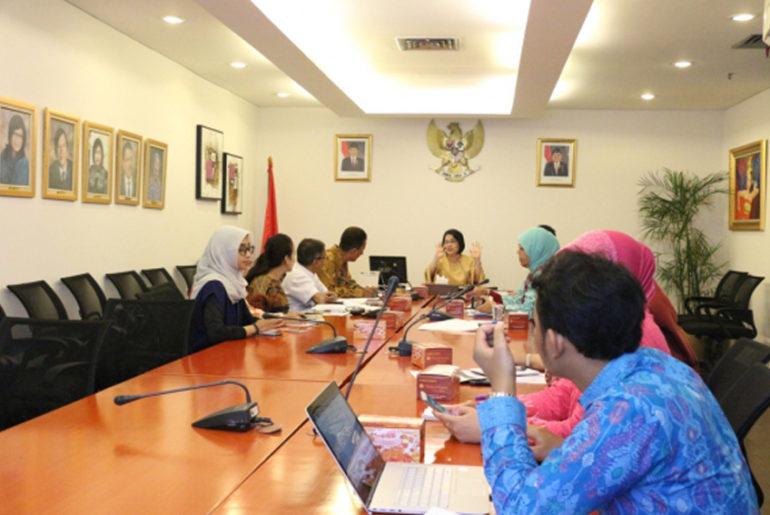 Arlinda memimpin rapat TEI 2017